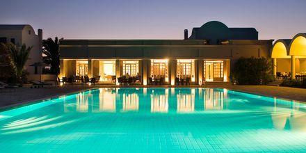Poolen om aftenen på Hotel 9 Muses Resort på Santorini, Grækenland.