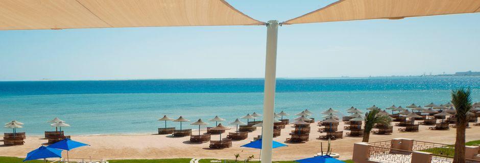 Poolbar med udsigt over stranden på Hotel Shams Prestige Abu Soma.