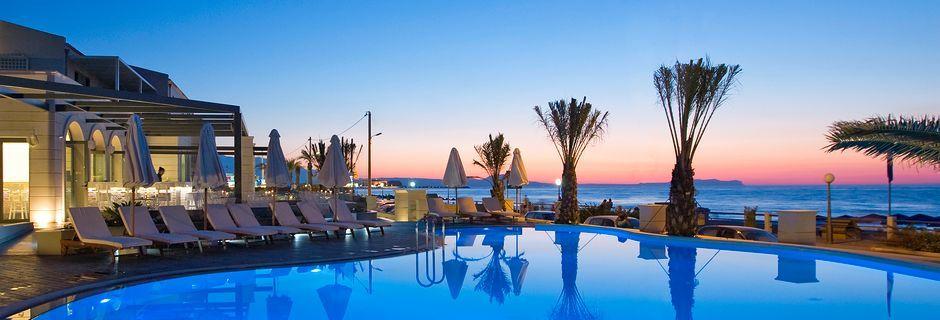 Poolområde på Hotel Aegean Pearl på Kreta, Grækenland.