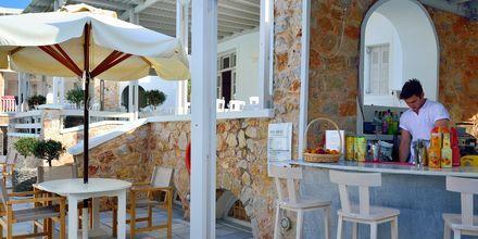Poolbar på hotel Aegean Plaza på Santorini, Grækenland.