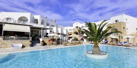 Poolområdet ved hotel Aegean Plaza på Santorini, Grækenland.