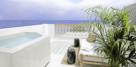 Balkon med jacuzzi på Hotel Afrodite i Kamari på Santorini, Grækenland.