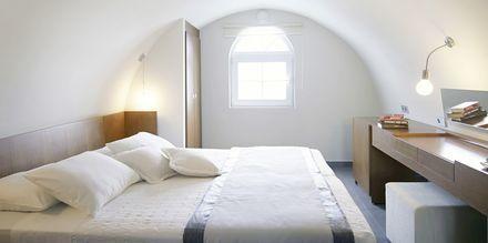 Større superior-værelser på Hotel Afrodite i Kamari på Santorini, Grækenland.