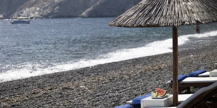 Stranden ved Hotel Afrodite i Kamari på Santorini, Grækenland.