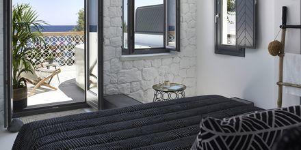 Deluxe-værelse på Hotel Afrodite i Kamari på Santorini, Grækenland.