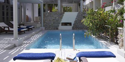 Poolområde på Hotel Afrodite i Kamari på Santorini, Grækenland.