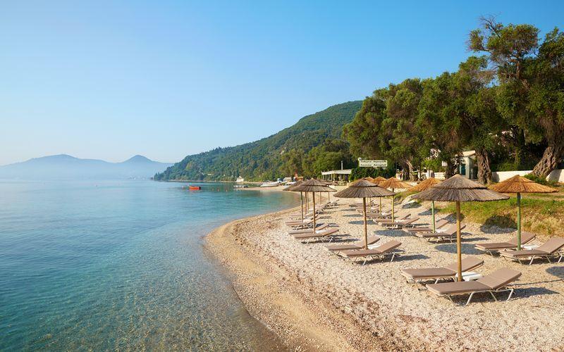 Stranden ved Hotel MarBella Corfu i Agios Ioannis Peristeron på Korfu, Grækenland.