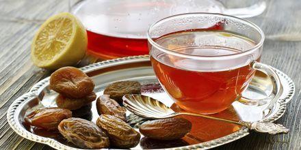 Smag arabisk te og dadler på en af caféerne langs cornichen.