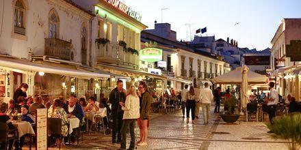 Aftenlivet i Albufeira på Algarvekysten, Portugal.