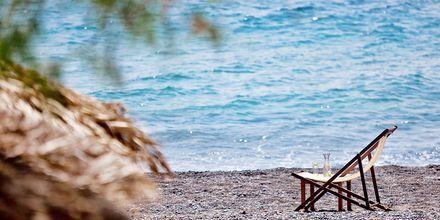 Strand ved hotel Alesahne Beach på Santorini, Grækenland.