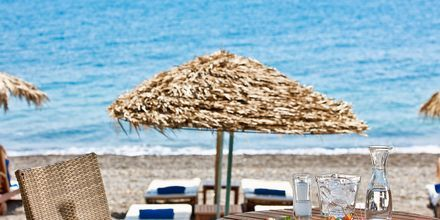 Stranden ved hotel Alesahne Beach på Santorini, Grækenland.