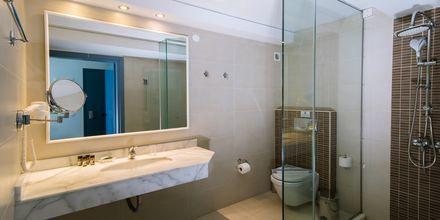 Badeværelse på et værelse på Hotel Alia Beach i Hersonissos, Kreta, Grækenland.