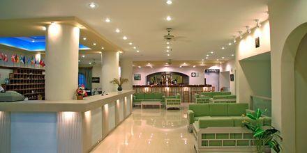 Lobbyen på Hotel Amopi Bay på Karpathos, Grækenland.