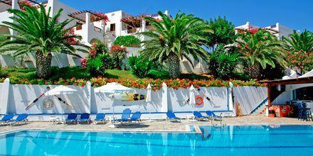 Poolområde på Hotel Amopi Bay på Karpathos, Grækenland.