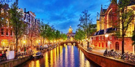 Kanal i Amsterdam om aftenen.