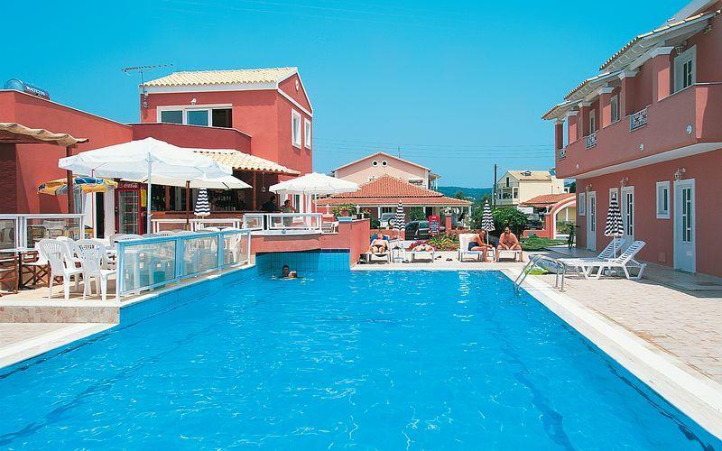 Poolområdet på Hotel Anastasia i Agios Georgios, Korfu, Grækenland.