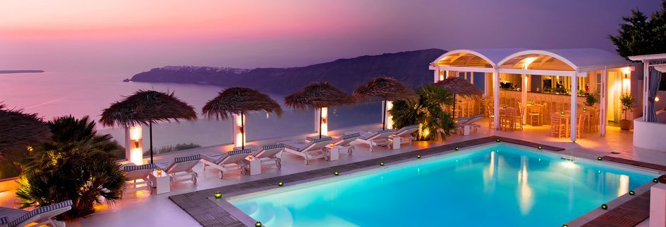 Poolområde på hotel Andromeda Villas på Santorini, Grækenland.