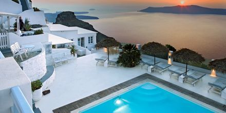 Fantastisk udsigt over poolen på hotel Andromeda Villas på Santorini, Grækenland.