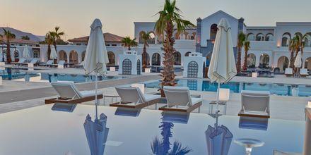 Pool og á la carte-restaurant på Hotel Anemos Luxury Grand Resort i Georgiopolis på Kreta, Grækenland.