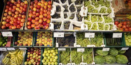 Minimarkedets frugt-og grøntsagshjørne, Hotel Apollo Mondo Family Romana i Kroatien.