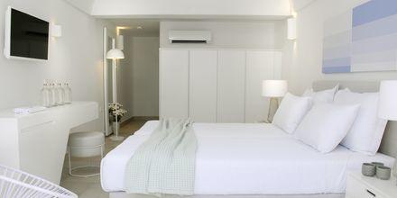 Dobbeltværelser på hotel Aqua Blue i Perissa på Santorini.