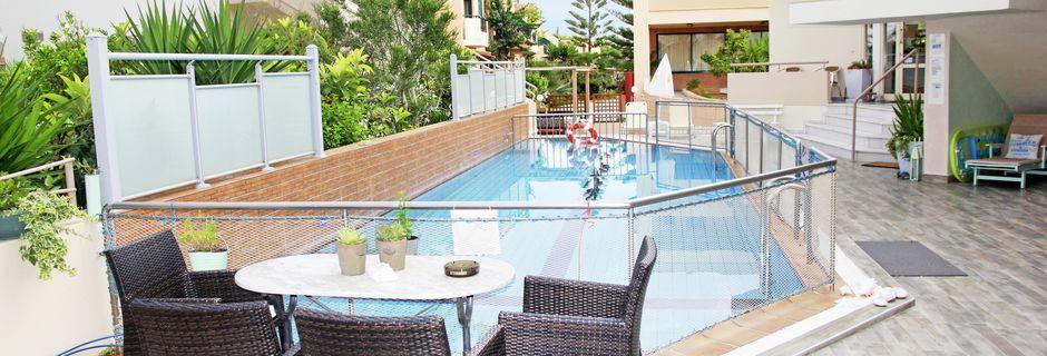 Poolområdet på Hotel Archipelagos i Platanias på Kreta, Grækenland.