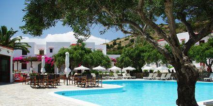 Poolområdet på Hotel Astron i Karpathos by, Grækenland.