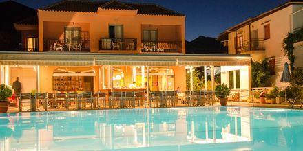 Poolen og restauranten på hotel Athos på Lefkas.