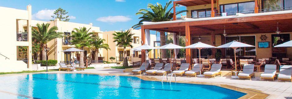 Poolområdet på Atlantis Beach i Rethymnon på Kreta, Grækenland