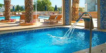 Indendørs pool på hotel Azul Playa på Mallorca, Spanien.