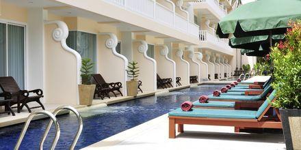 Deluxe-værelse med adgang til pool på Hotel Baan Karon Buri Resort i Phuket, Thailand.