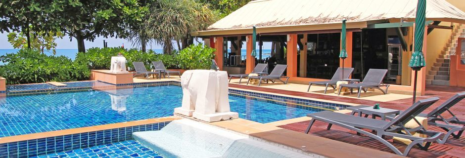 Poolområdet på Baan Khaolak Beach Resort