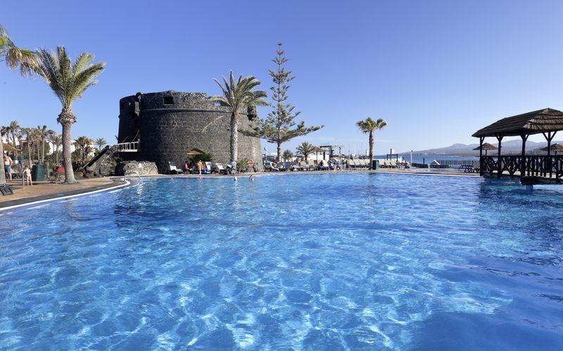 Poolområdet på Hotel Barcelo Castillo Beach Resort på Fuerteventura, De Kanariske Øer, Spanien.
