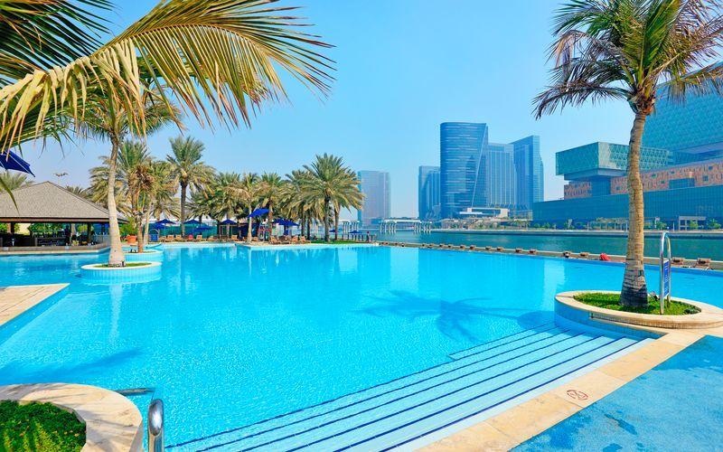 Poolområde på Hotel Beach Rotana Abu Dhabi, De Forenede Arabiske Emirater.