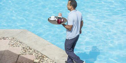 Servering ved poolområdet på hotel Bella Vista i Hurghada, Egypten