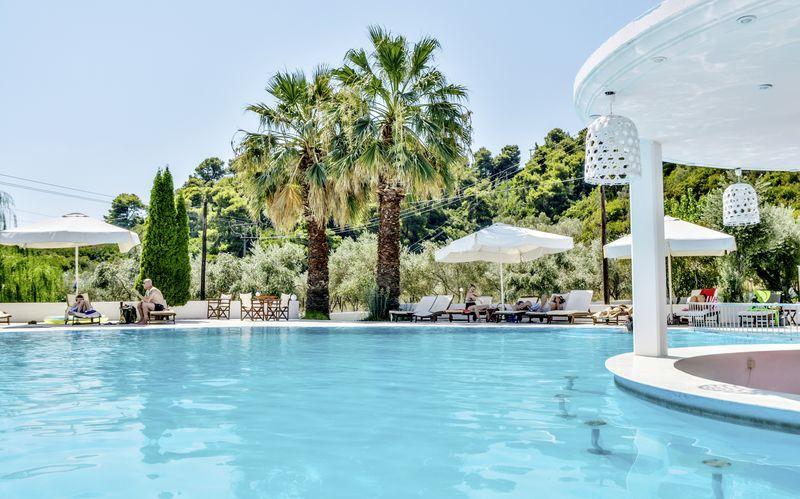 Poolområde på Hotel Belvedere i Achladies på Skiathos.