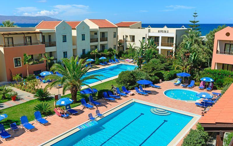 Poolområde på Blue Sea Apartments på Kreta, Grækenland.