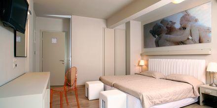 Dobbeltværelse på hotel Bourtzi i Skiathos by, Grækenland.
