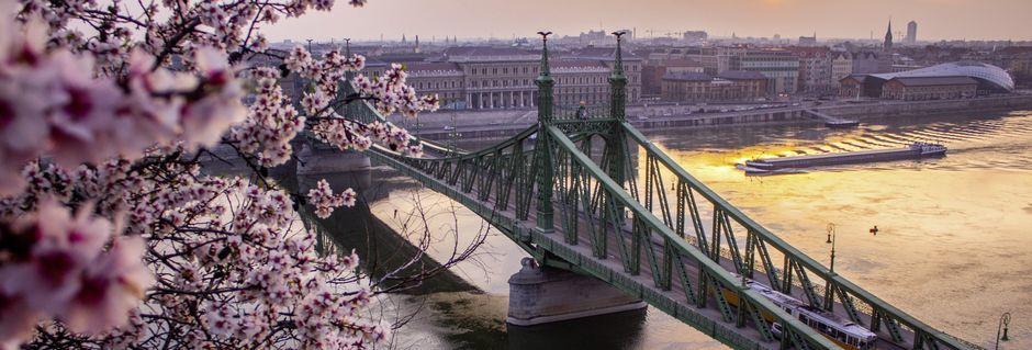 Broen der dele Budapest op i to - Buda og Pest, hedder Kædebroen.