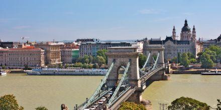 Kædebroen i Budapest går over floden Donau.
