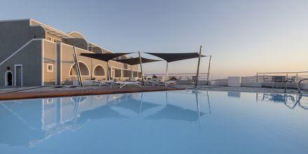 Poolområde på Caldera's Dolphin Suites på Santorini, Grækenland.