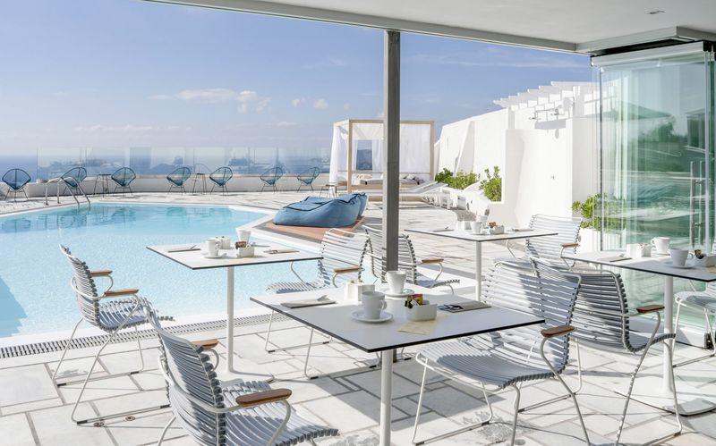 Restaurant og poolområde på Caldera's Dolphin Suites på Santorini, Grækenland.