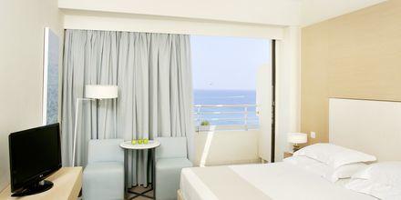 Dobbeltværelse med havudsigt på hotel Capo Bay i Fig Tree Bay, Cypern
