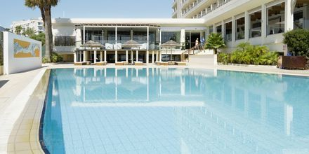 Poolen for voksne på hotel Capo Bay i Fig Tree Bay, Cypern