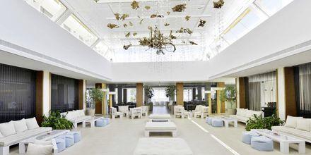 Lobby på hotel Capo Bay i Fig Tree Bay, Cypern