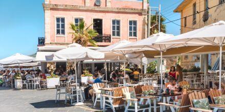 Hyggelig restaurant i havnen i Chania by på Kreta, Grækenland.