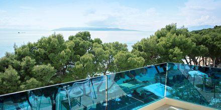 Balkonudsigt på Hotel City Beach på Makarska Riviera, Kroatien.