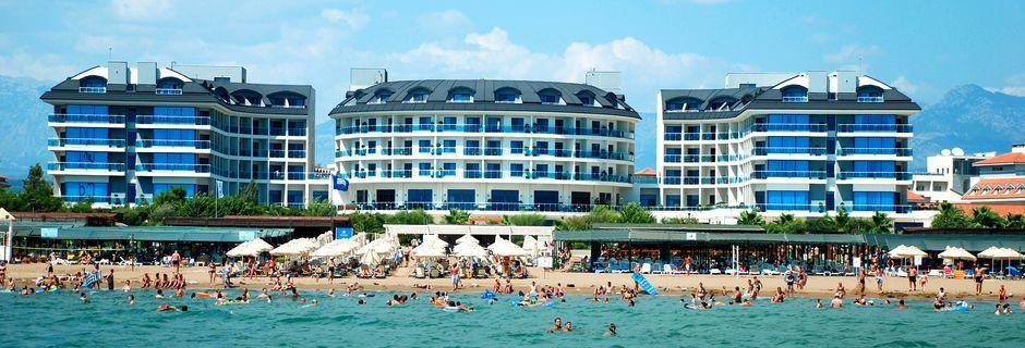 Stranden ved hotel Commodore Elite Suites & Spa i Side, Tyrkiet.