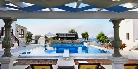 Pool på Hotel Contaratos Beach på Paros i Grækenland.