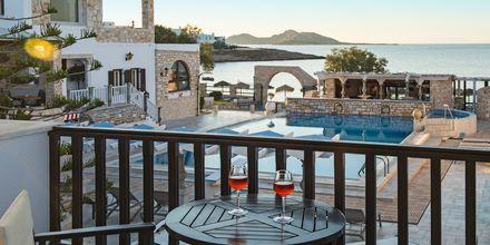 Balkon på dobbeltværelse på Hotel Contaratos Beach på Paros i Grækenland.
